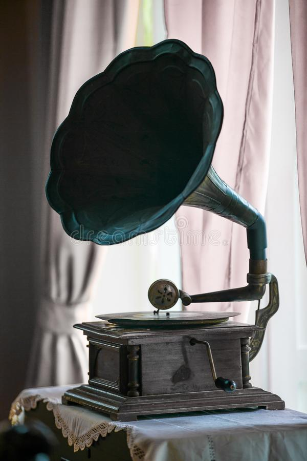 Plaques tournantes antiques placées sur une table de fenêtre avec un rideau rose photo stock