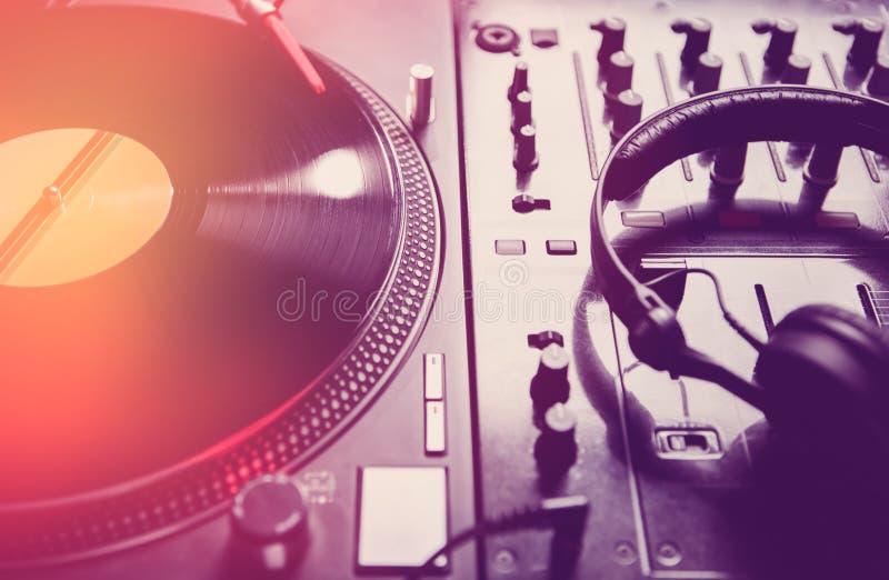 Plaques tournantes et mixeur son du DJ dans la boîte de nuit image libre de droits