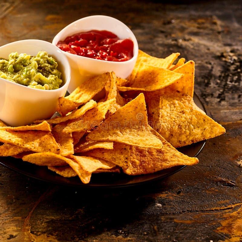 Plaquez complètement des puces de guacamole, de Salsa et de nacho photos libres de droits