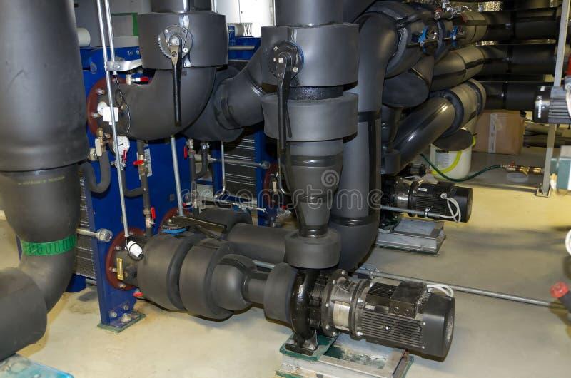 Plaquez l'excanger de la chaleur avec les pompes centrifuges dans la chambre de machine photographie stock