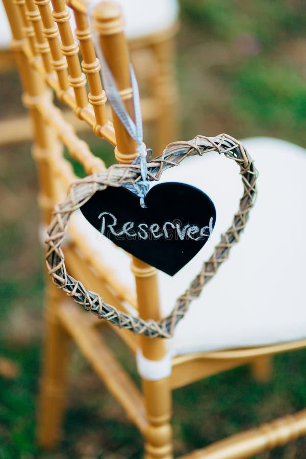 Plaquez réservé sur la chaise au mariage photo libre de droits