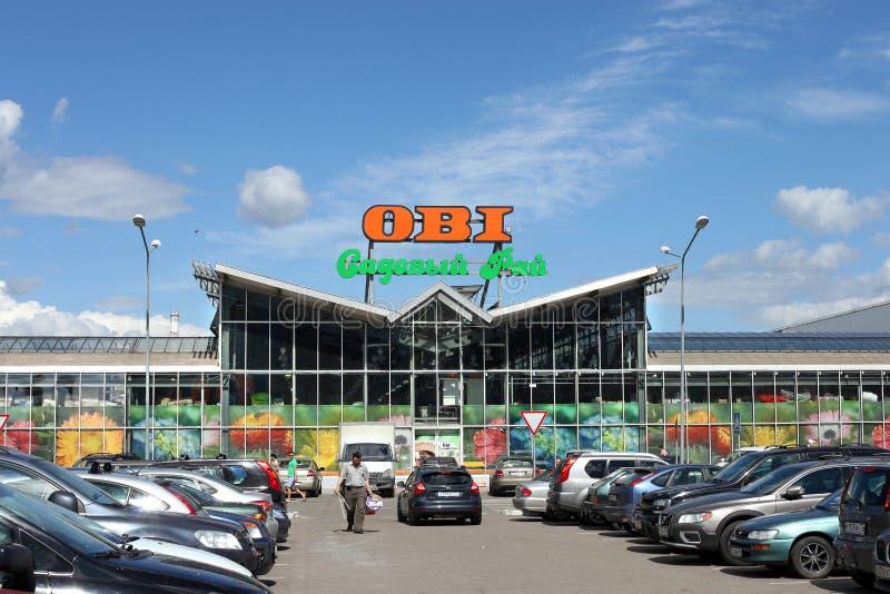 Plases автостоянки против ОБИ торгуют центром в городе Khimki, областью Москвы стоковые фотографии rf