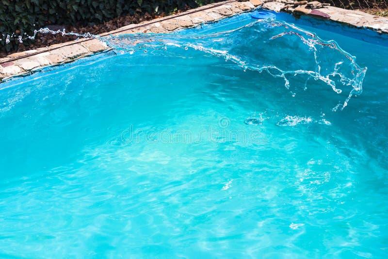 Plaska av desinfektionsmedlet i utomhus- simbassäng royaltyfria foton