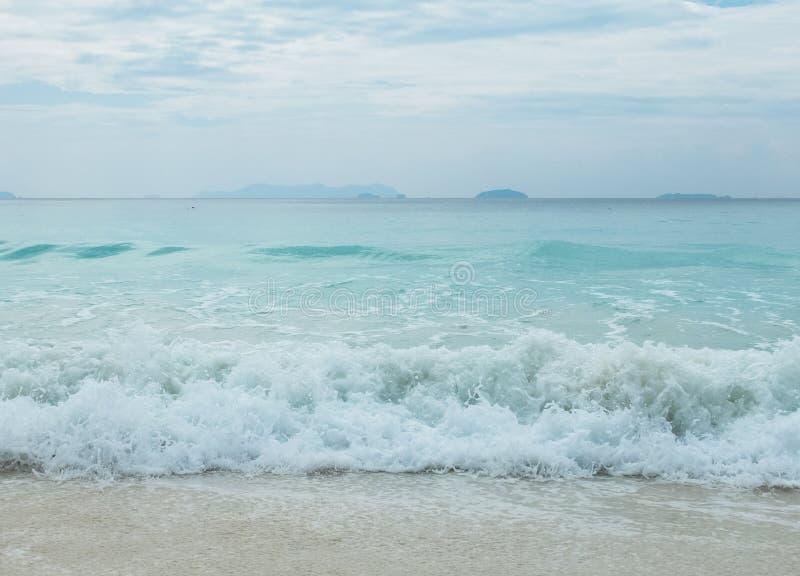 Plaska sätter på land vågor från det blåa havet till den klara vita sanden i Myanmar med Copyspace för att mata in text royaltyfria bilder