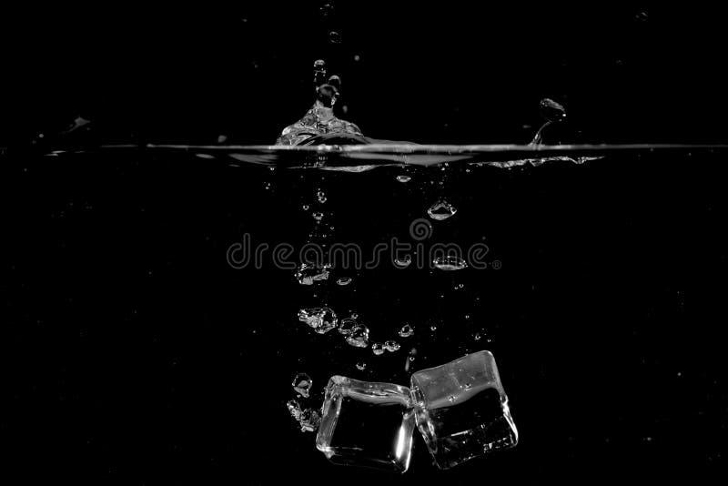 Plaskande vatten på svart bakgrundsbruk som naturlig bakgrund arkivbild