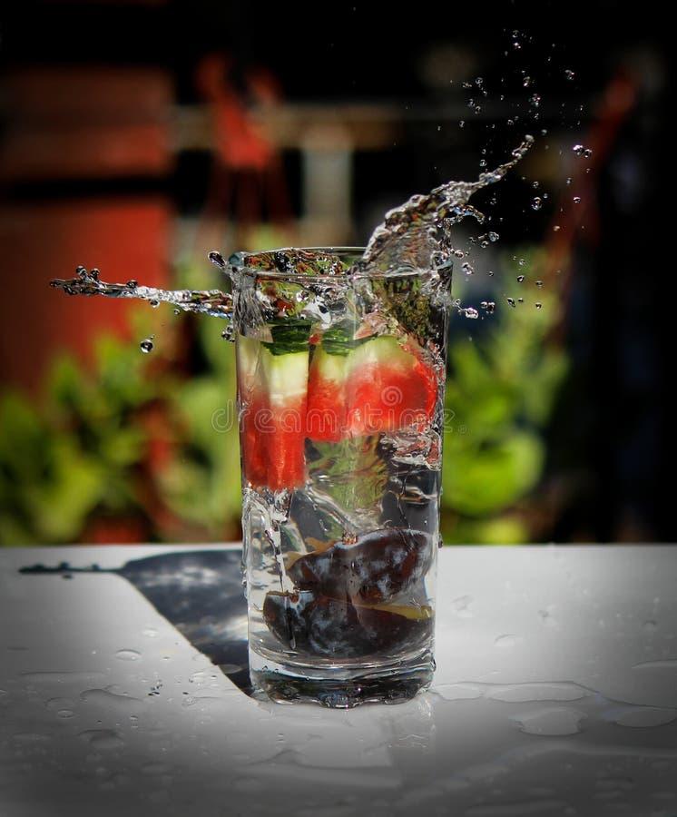 Plaskat frukt ingett vatten arkivfoto