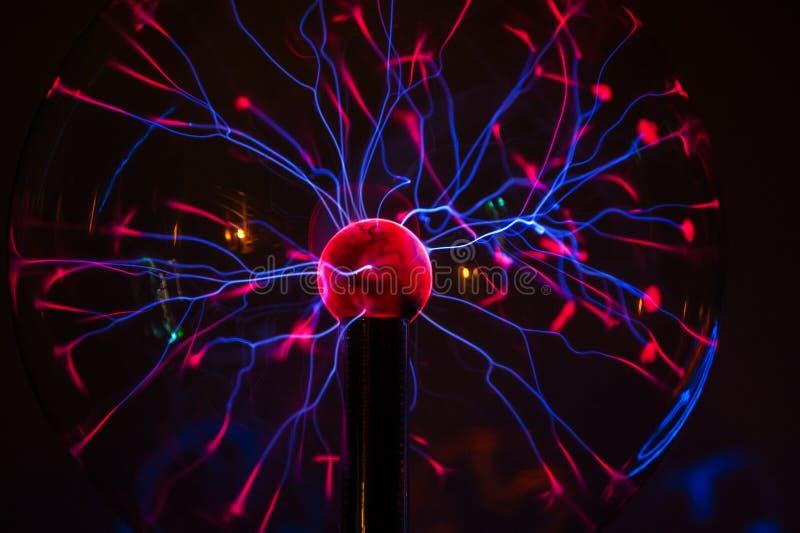 Plasma eléctrica en la esfera de cristal imagen de archivo