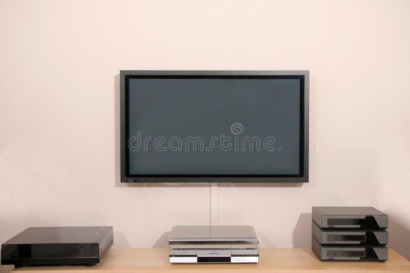 Plasma Fernsehbildschirm mit Stereoanlage stockbild