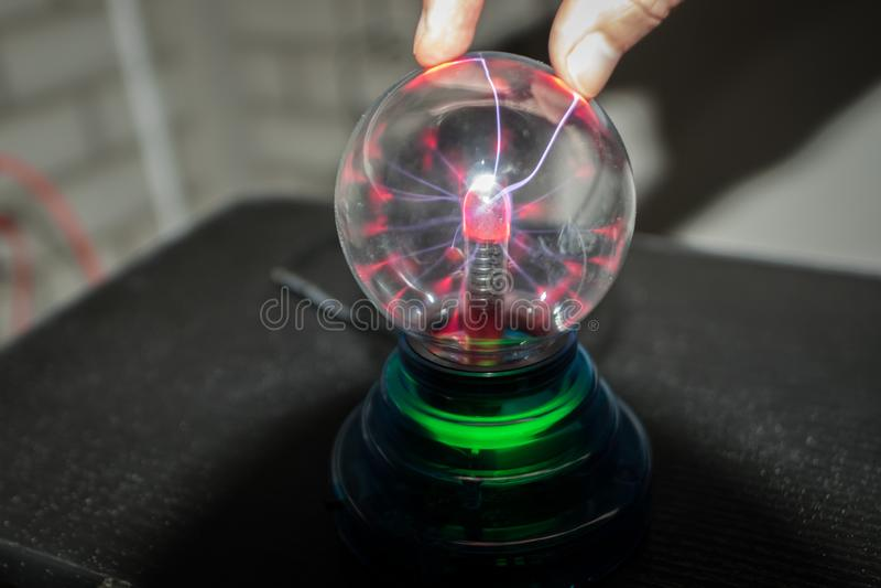 Plasma-Globus mit Blitzschrauben im Inneren stockfotos