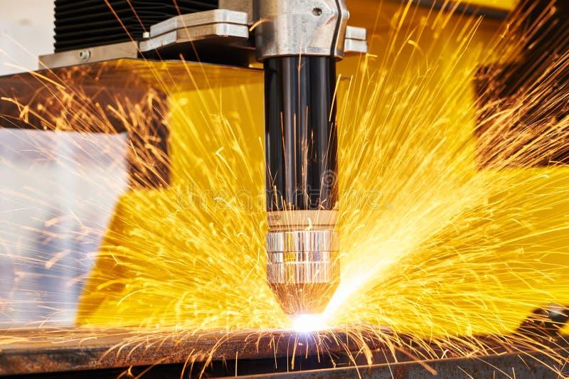 Plasma ou laser que cortam a metalurgia com faíscas foto de stock royalty free