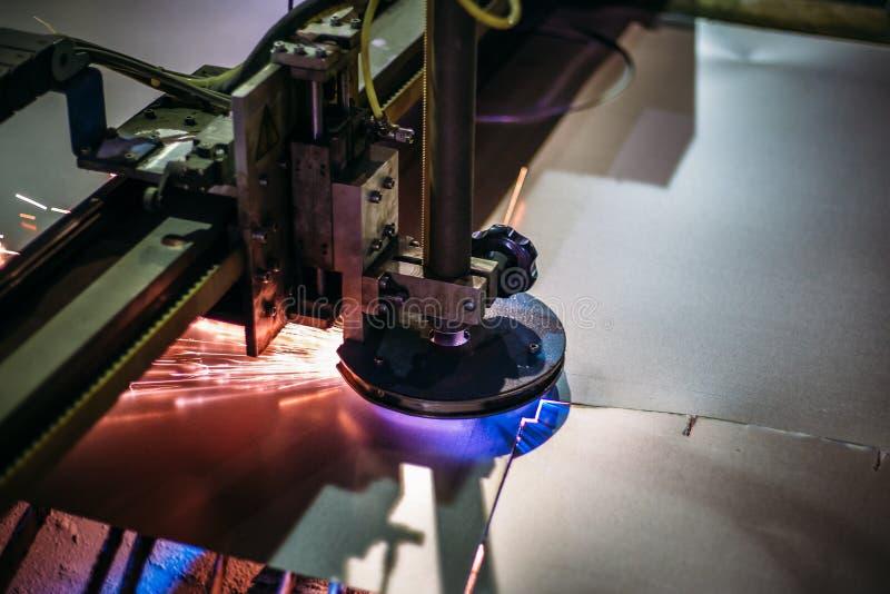 Plasma schnitt Stahlblech des Maschinenausschnitts mit Funken Lasercutting von industriellen Eisenarbeiten lizenzfreies stockfoto