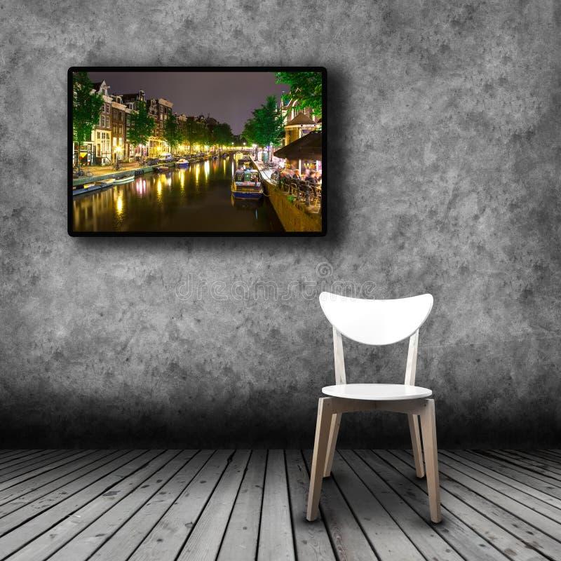 Plasmatv op de muur van de ruimte met lege stoel stock afbeeldingen
