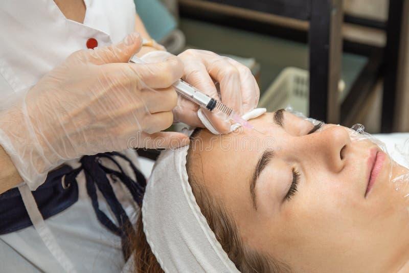 Plasmolifting zastrzyk Doktorski cosmetologist wstrzykuje twarzowa skóra młoda dziewczyna pacjent kosmetologia odbiorczy zastrzyk obraz stock