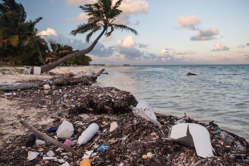 Plast- avfall på den avlägsna stranden fotografering för bildbyråer