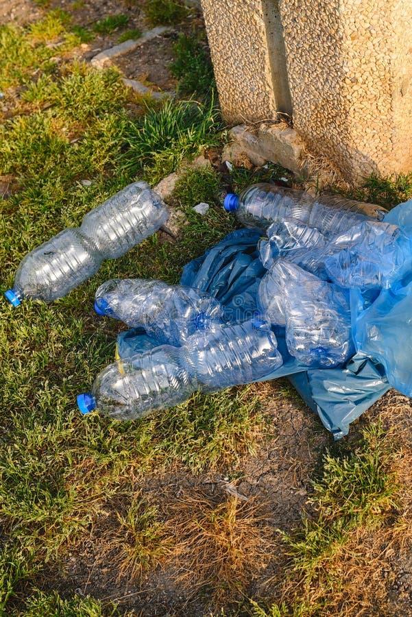 Plast- avfalls i naturen royaltyfria foton