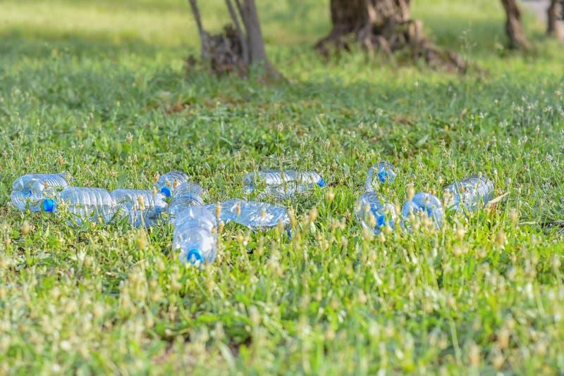 Plast- avfalls i naturen arkivbilder