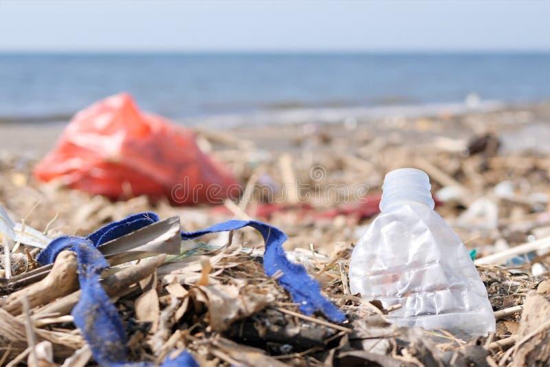 Plast-avfalls och avfall på Sandy Beach Miljöbelastningproblembegrepp royaltyfria bilder