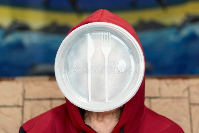 Plast- avfalls och man Begreppet av modern mans beroende p? plast- produkter arkivfoton