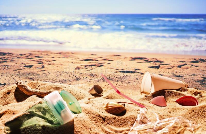 Plast- avskräde på stranden royaltyfri fotografi