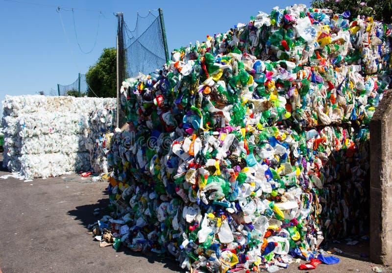 Plast- avskräde som rammas in i briketter för vidareförädling royaltyfri bild