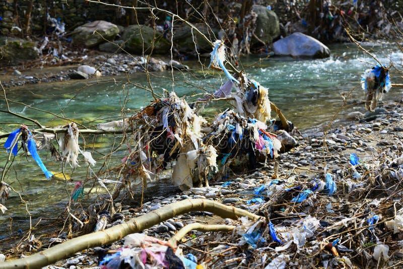 Plast- avskrädeförorening i bergström arkivbild