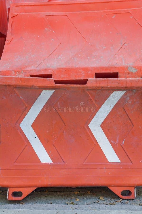 Plast- barriär i orange färg som används som en säkerhetssignal under c royaltyfri bild