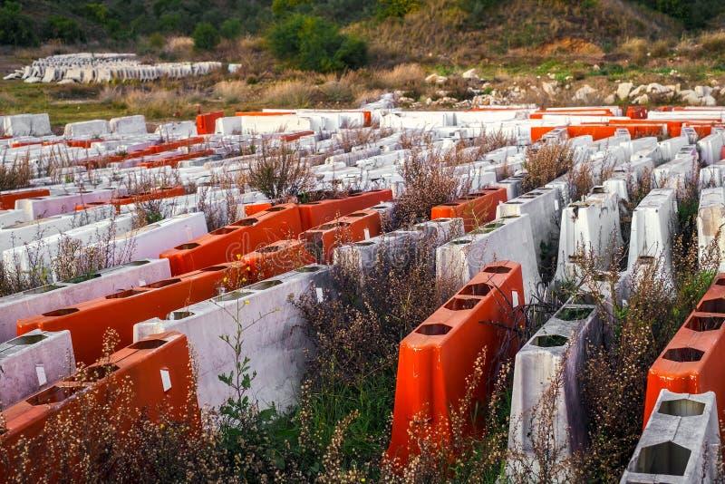 Plast- barriärer för väg som överges och glömms i natur royaltyfri bild