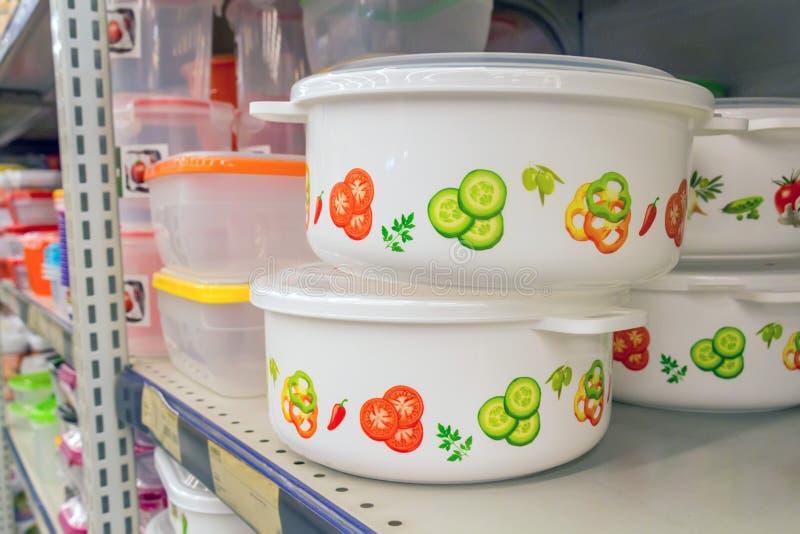 Plast- behållare på hylla i supermarket royaltyfri fotografi