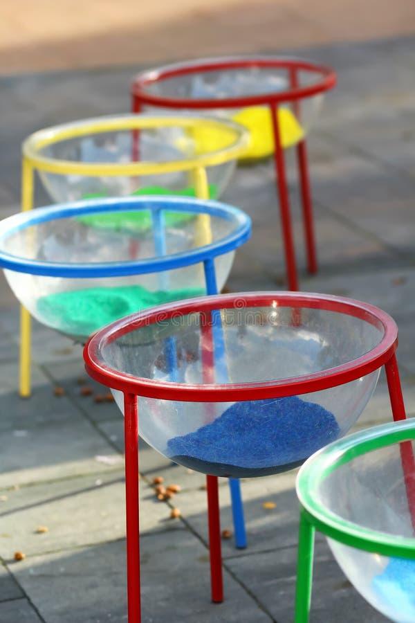 Plast- bowlar med färgrik sand för konstterapi royaltyfri bild