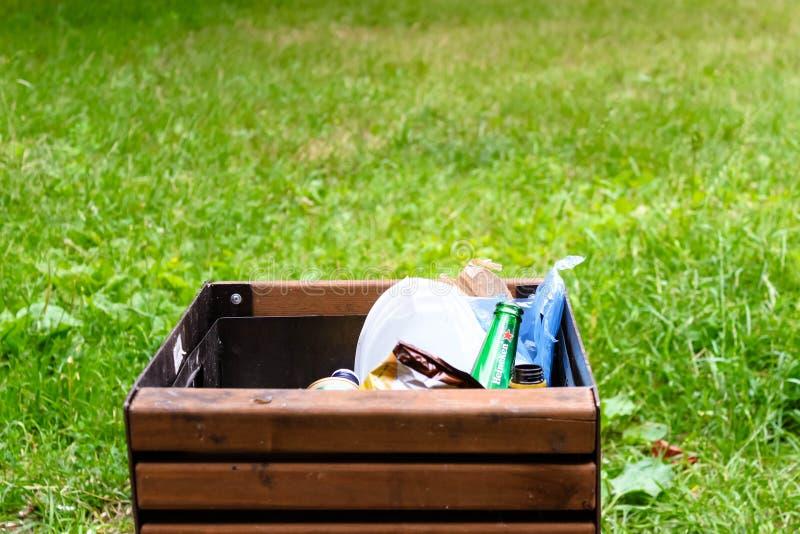 Plast- disponibel avfallnärbild i överlastat förlorat magasinfack på begrepp för gräsbakgrundsförorening fotografering för bildbyråer