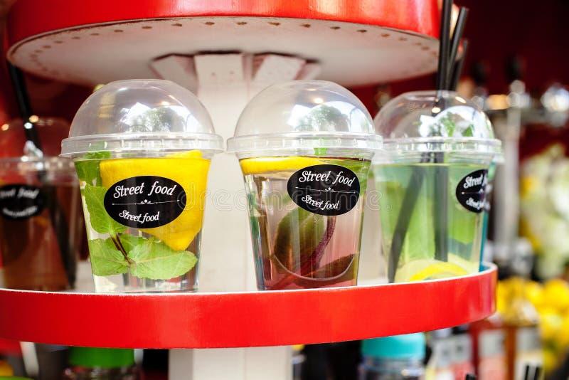 Plast- disponibla koppar med förnyande fruktdrinkar fotografering för bildbyråer