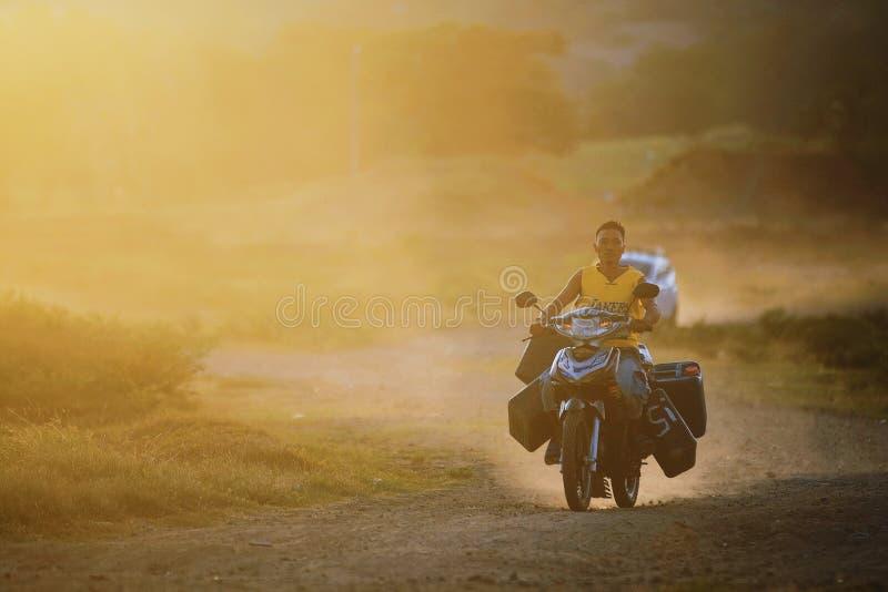 Plast- enkel motorcyle f?r str?vsam motorcykelfullpackbeh?llare fotografering för bildbyråer
