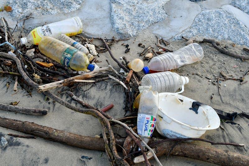 Plast- förlorad förorening som förorenar det Singapore havet arkivbilder