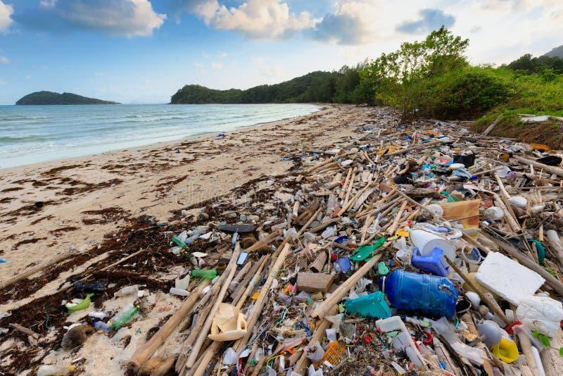 Plast- förorening för strand royaltyfri foto