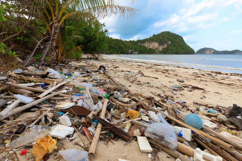 Plast- förorening för strand royaltyfria bilder