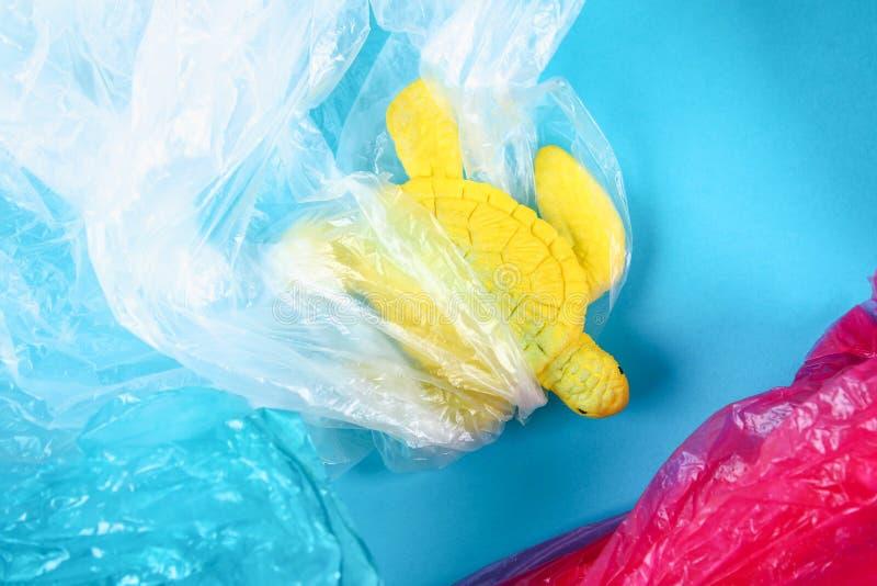 Plast- förorening i havproblem Plastpåse för havssköldpadda Ekologiskt l?ge Nollavfalls royaltyfri fotografi