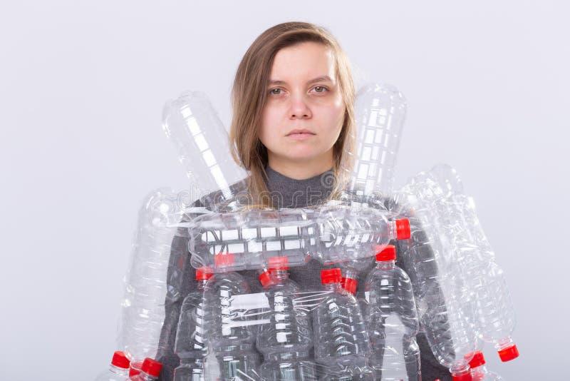 Plast- f?roreningproblem och milj?skydd Svag tr?tt kvinna med plast- flaskor R?ddningjordbegrepp clean royaltyfri bild