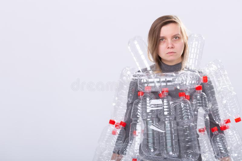Plast- f?roreningproblem och milj?skydd Svag tr?tt kvinna med plast- flaskor R?ddningjordbegrepp clean arkivbilder