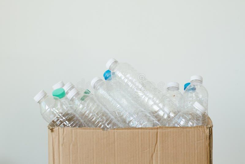 Plast- flaska och att återanvända begrepp arkivfoto