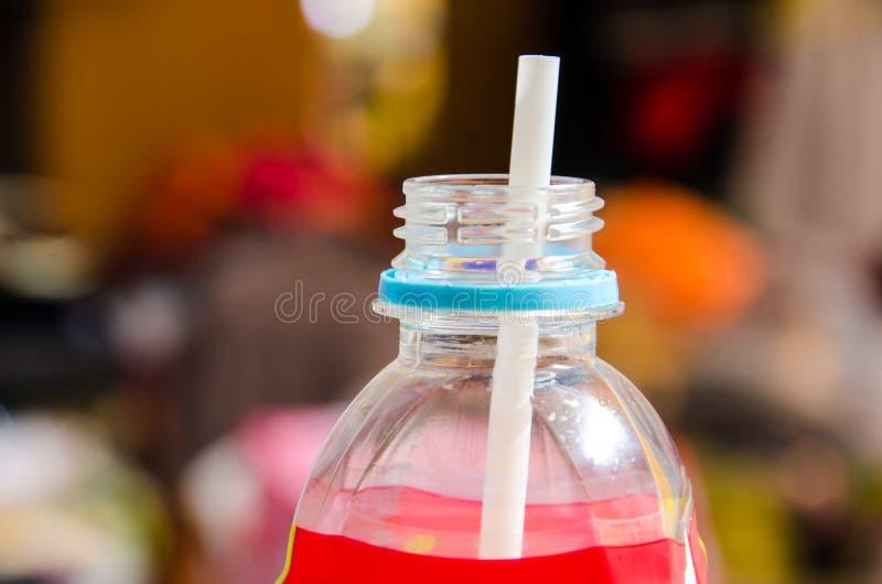 Plast- flaska och sugrör royaltyfri bild