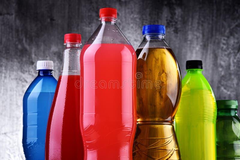 Plast- flaskor av blandade kolsyrade läsk royaltyfri fotografi