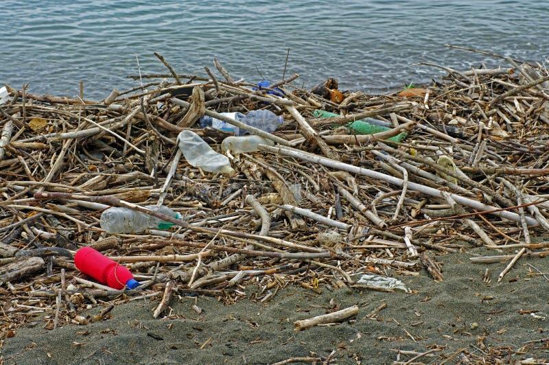 Plast-flaskor som en flod kommer med in i medelhavet Italien, September 2016 royaltyfri foto