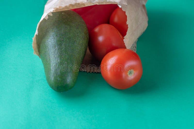 Plast- fri shopping För papperslivsmedelsbutik för återvinningsbar eco vänlig påse med grönsak-tomater och avokadot Olik hälsokos royaltyfri fotografi