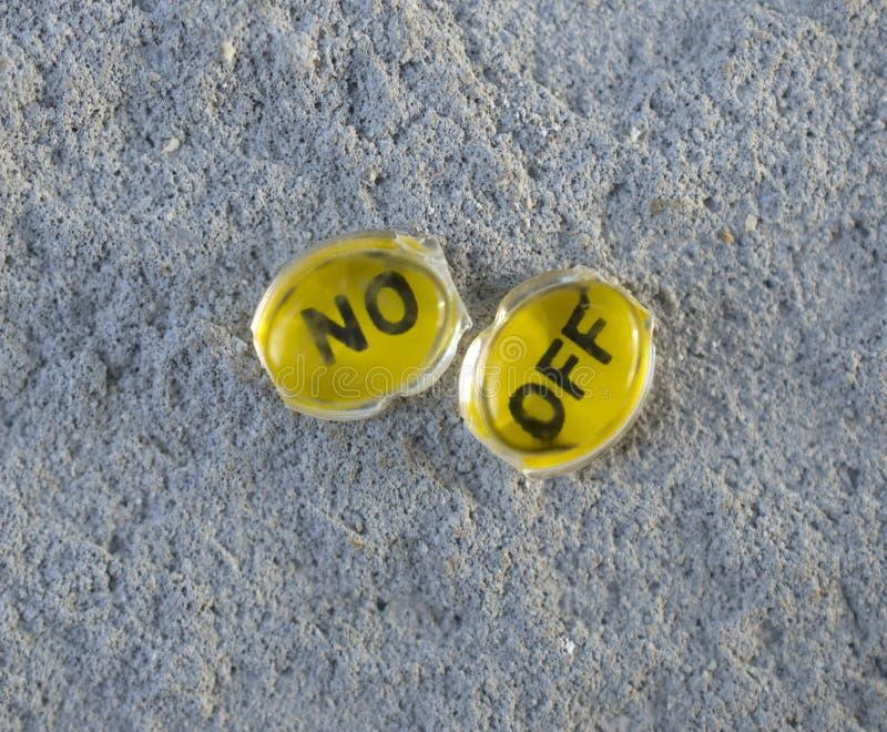 plast- genomskinlig knapp från en gammal räknemaskin på en konkret bakgrund, på av knappar arkivfoton