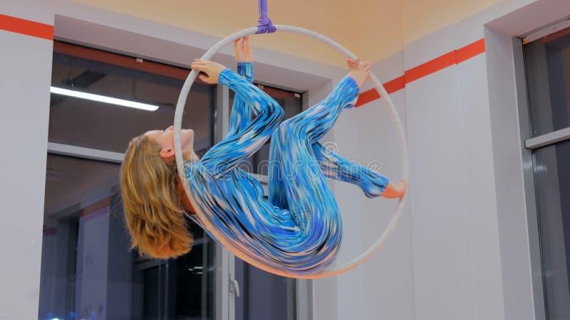 Plast- härlig flickagymnast på den akrobatiska cirkuscirkeln arkivfoto