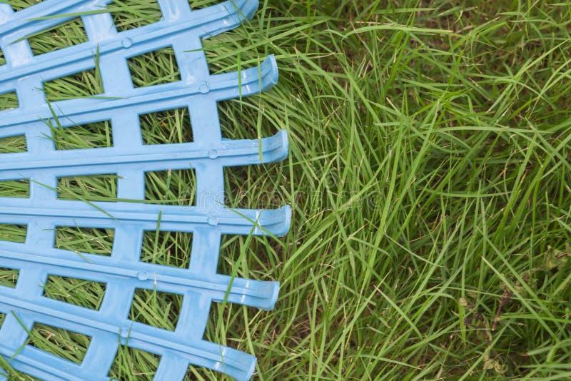 Plast- harv på gräsfält fotografering för bildbyråer