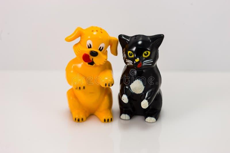 Plast- hund och salt och pepparshaker för katt royaltyfri fotografi