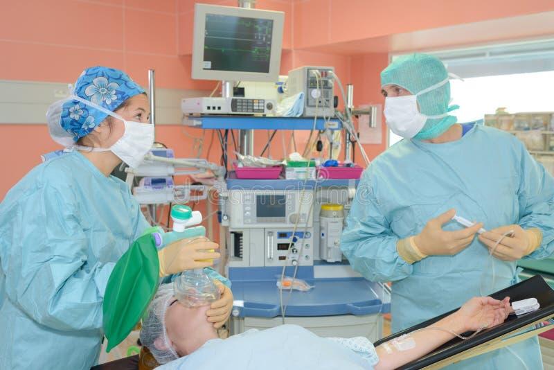 Plast- kirurger på arbete royaltyfri bild
