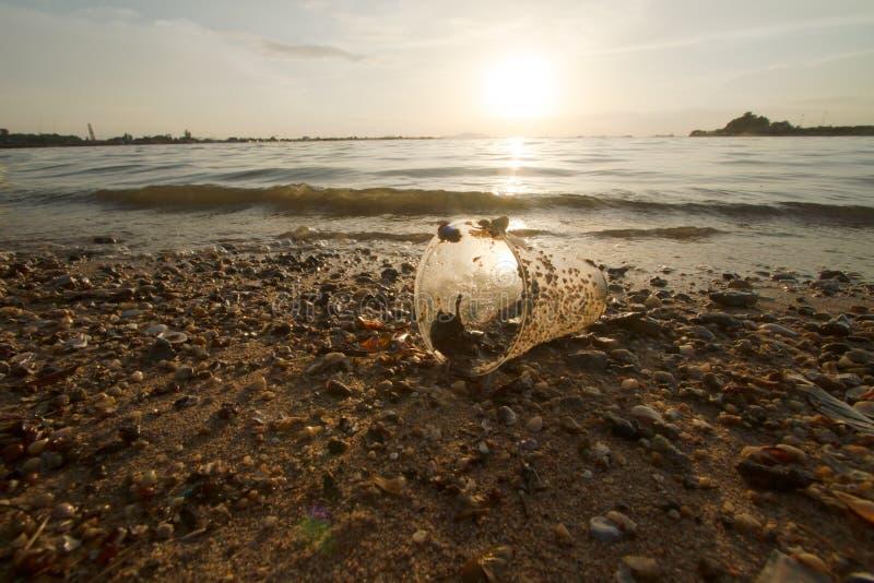 Plast- kopp på strandstranden och havförorening arkivbild