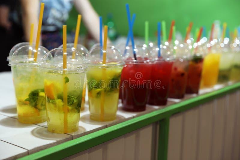 Plast- koppar med förnyande drinkar på stång fotografering för bildbyråer